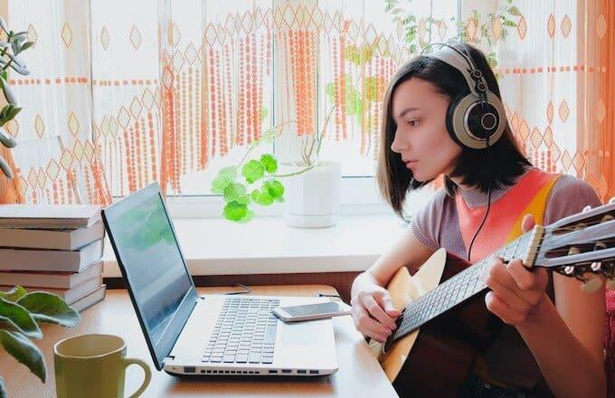 ギターを練習する女性