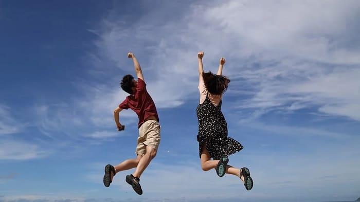 ジャンプする男女